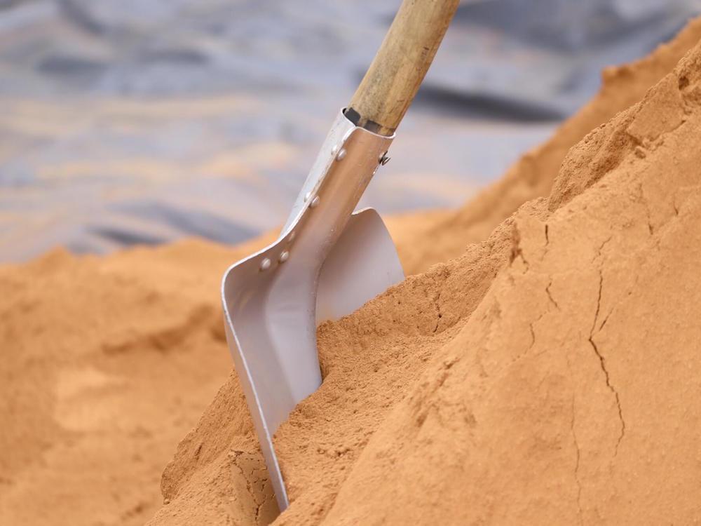Pala nella sabbia in cantiere